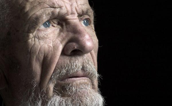 Anciano pensativo